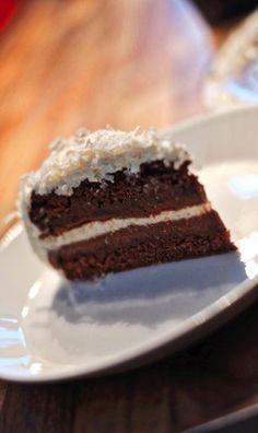 """Rezept Schokoladentorte, Canache, mit Kokosflocken und Praline, Haselnüsse, und Kakao im Biskuitteig • Mit Liebe gebacken, da zählen Kalorien eh nicht.  Ausser Schokolade und Sahne sind auch noch Haselnüsse drin, deshalb """"Praliné""""  und eben jede Menge Kokosflocken, die ganz groben, die ganz saftigen. Einfach nur lecker. Und der Seele - ja ihr tut die Torte auch gut! (gerne repinnen erlaubt,es wäre mir eine Ehre)."""
