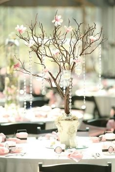 Las plantas y los árboles pequeños siempre son un motivo decorativo perfecto para las mesas