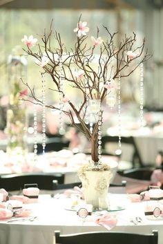 Un árbol, sin hojas pero con detalles en cristal