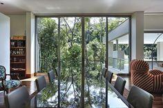 Galeria da Arquitetura | Casa Bosque da Ribeira - A residência foi projetada para um rapaz solteiro que gosta de cozinhar e receber amigos