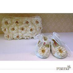 Coisa mais linda esse conjuntinho de sapatilhas e bolsinha bordadas à mão 💕 sua princesa vai ficar ainda mais encantadora! #Roana #roanaacessorios #acessorios #enxoval #enxovalinfantil #feitoamao #bordados