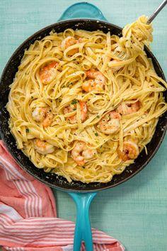Shrimp Fettuccine Alfredo Easy Shrimp Alfredo Fettuccine Recipe - How to Make Shrimp Alfredo Pasta Shrimp Recipes Easy, Supper Recipes, Easy Dinner Recipes, Seafood Recipes, Cooking Recipes, Dinner Ideas, Pasta Recipes, Delicious Recipes, Easy Skillet Dinner