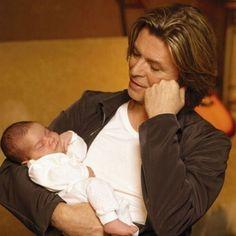 Filha de 15 anos era motivação de Bowie para enfrentar câncer, afirma amigo >> http://glo.bo/1JHQOtW