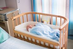 Newborn baby in hospital room. New born child in wooden co-sleeper crib. Infant sleeping in bedside bassinet. Safe co-sleeping in a bed side cot. Little boy taking a nap under knitted blanket. Bedside Bassinet, Baby Bassinet, Baby Cribs, Bassinet Ideas, Twin Cribs, Newborn Baby Hospital, Baby Boy Newborn, Girl Nursery Bedding, Baby Bedroom