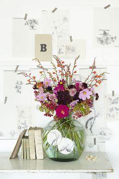 Zo'n kleurrijke bos bloemen steekt prachtig af tegen een achtergrond van botanische prenten in zwart-wit. Flowers For You, Happy Flowers, Bunch Of Flowers, Love Flowers, Floral Flowers, Flower Vases, Beautiful Flowers, Flower Power, Indoor Flowers