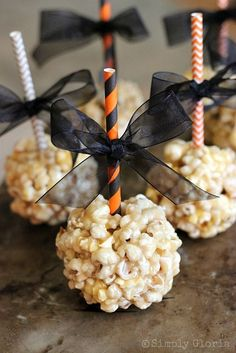 Caramel Marshmallow Popcorn Balls - Simply Gloria - - A gooeyness of caramel and melted marshmallows all intertwined with popcorn… then rolled up in to a ball of absolute decadence! Halloween Desserts, Halloween Popcorn, Halloween Goodies, Halloween Food For Party, Scary Halloween Treats, Classy Halloween, Halloween Baking, Happy Halloween, Marshmallow Popcorn
