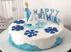 I propose to make a birthday cake Snow Queen super good and super easy to achieve. Cake design easy to do at home - Easter Cupcakes, Fondant Cupcakes, Fun Cupcakes, Cupcake Cakes, Fondant Cake Tutorial, Fondant Tips, Frozen Birthday Cake, Birthday Cupcakes, Strawberry Shortcake Dessert