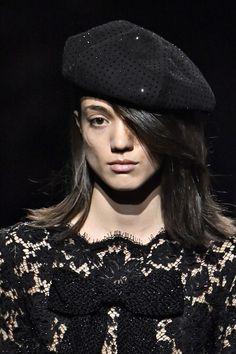 Les plus belles coiffures de la Fashion Week Automne-Hiver 2019-2020 #coiffure #cheveux #tendance #2019 #2020 #automne #hiver #aufeminin #beauté #fashionweek #paris #milan #londres #newyork Fashion Week, Fashion Looks, Saint Laurent, Goth, Beautiful, Milan, Runway, Paris, Style