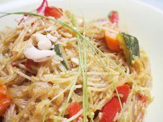 Mmhmmm, Soulfood-Alarm! Du hast nicht viel Zeit, willst aber trotzdem was Ordentliches essen? Vielleicht möchtest du außerdem noch ein wenig vorrätiges Gemüse vor dem Verderben bewahren. Das sind die idealen Bedingungen für… One-Pot Reisnudel-Curry! Main Dishes, Spaghetti, Curry, Veggies, Ethnic Recipes, Food, Rice Noodles, Meal, Viajes