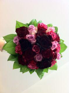 bruidsboeket - donker rode rozen en licht paarse accenten,- flowered by falenopsis boechout