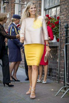 Sin temor a los colores, Máxima lució una blusa nude con estampado amarillo, que hacía juego con el tono de tu falda