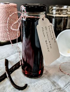 Homemade vanilla extract recipe is easy, only 2 ingredients and 10 minutes. Add 8 weeks and you have a professional bakers secret. DIY vanilla extract is pure and much stronger than any store-bought single fold vanilla extract, even the top name brands. Homemade Spices, How To Make Homemade, Homemade Gifts, Homemade Seasonings, Vanilla Extract Recipe, Vanilla Spread Recipe, Vanilla Flavoring, Gateaux Cake, Baking Tips
