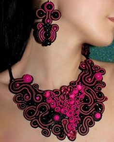 Soutache is a type of trim or gimp, and more specifically a flat braid with a groove down the centre. Soutache Tutorial, Soutache Pattern, Beaded Jewelry Patterns, Embroidery Jewelry, Ribbon Embroidery, Soutache Necklace, Crochet Necklace, Shibori, Bib Necklaces
