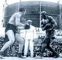 Jack Johnson (nicknamed the Galveston Giant) was the first African American boxer to win the heavyweight boxing title during the Jim Crow era. Johnson became a boxing legend after defeating the reining white champion Tommy Burns Galveston, Jack Johnson Boxer, Boxing Images, American Boxer, Heavyweight Boxing, World Boxing, Boxing History, Joe Louis, Boxing Champions