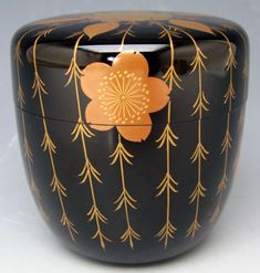 lacquered wood natsume with a maki-e pattern of gold weeping willows and cherry blossoms (yanagi sakura 柳桜) on a black background