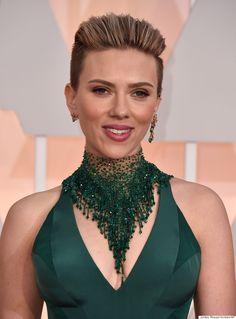 Scarlette Johanson con maxi collar de gasa y pedrería en color verde y pendientes distintos en cada oreja. #alfombraroja #redcarpet