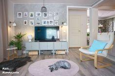 #olohuone #koti #sisustus #tvtaso #lipasto #vihersisustus #viherkasvit #jukkapalmu #valokuvat #skandinaavinensisustus #skandinaavinenkoti #modernikoti #värikäskoti #sisustusinspiraatio #persoonallinenkoti #menaiset #livingroom #home #interior #decor #decoration #plants #houseplants #scandinavianinterior #scandinavianhome #interiorinspiration #modernhome #colourfulhome #colorfulhome #yuccaelephantipes