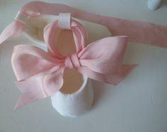 Zapatos de la muchacha del bebé. Zapatos de bautizo. Zapatillas de Ballet infantil. Los zapatos de bebé de seda rosado y blanco botines planos. Zapatillas de seda hechas a mano