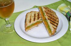 Sandwich de Queso Cheddar con Ajo Asado y Pesto de Rúcula