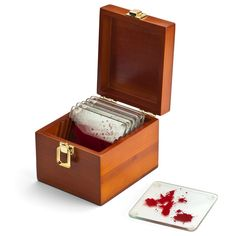 Pourquoi c'est top ? Parce qu'ils ont la forme des plaquettes de verre dans lesquelles Dexter enferme une goutte de sang après chaque meurtre Parce que la série vous manque énormément Parce que si vous le planquez chez v