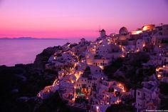 ピンクに染まる、サントリーニの白い街並み