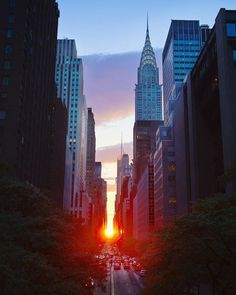 Awesome pictures for the sunset of New York City, these photos are taken from professional photographer where you can see sunset over the statue of liberty. Chrysler Building, Empire State Building, Manhattan Henge, New York City, City Aesthetic, Jolie Photo, Concrete Jungle, Central Park, Photo Mugs