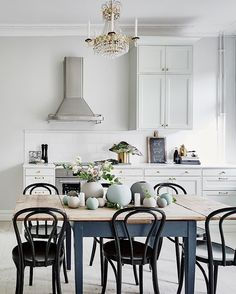 It is easier than you think to take your kitchen from builder grade to gorgeous on a budget! These kitchen makeover secrets will save you money and give you great ideas! Decor, Home Kitchens, Kitchen Design, Interior, Dining Room Decor, Beautiful Kitchens, Home Decor, Kitchen Style, House Interior