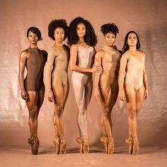 「カレッジ・ダンス・コレクティブ」が1月2日にInstagramに投稿した5人のバレエダンサーの写真だ。写真は左から、ブランディ・リー、ダフネ・リー、キンバリー・ホサイ、ニッキー・テイラー、ルイサ・カルドーソ。アフリカ系アメリカ人、フランス系ギアナ人、そしてブラジルの血を引くダンサーたちだ。- HuffPost | バレエは人種を超えて、全ての人のものになる。そう予感させる写真が話題に