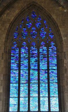Stained glass windows in the church of Saint-Sépulcre, #Abbeville, #France, by Alfred Manessier (1911-1993). L'artiste conçut son œuvre de trente-et-un vitraux à partir du thème de la victoire de la vie sur la mort, la Passion et la Résurrection.