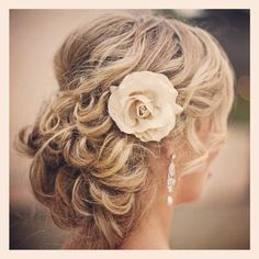 Idée coiffure : Chignon pour mariage, soirée ou cérémonie sur cheveux longs. Hairstyle idea: Chignon for wedding, party or event on long hair. Bridal HairStyle with jewelry and Braid. Weddinghair inspiration. Idées de coiffure pour cheveux blonds. Hair style ideas for blonde hair. (Tuto, tutorial, Tutoriel) inspired wedding. Hair and makeup. Cheveux et maquillage nude. Bijoux de cheveux avec fleur. Tiara diadem Flower bridal. Hair Jewelry wedding. Beautiful style. #weddinghair #wedding…