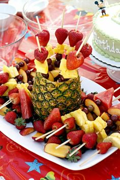 Spice up delicious fruit for the birthday party - Ideen Kindergeburtstag - Picknick Snacks Für Party, Luau Party, Fruit Party, Comida Para Baby Shower, Good Food, Yummy Food, Pineapple Fruit, Fruit Kabobs, Kebabs