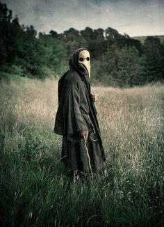 Plague Doctor - during the Bubonic Plague Dr's would wear this creepy looking mask seen here. Plague Mask, Plague Doctor Mask, Plague Dr, La Danse Macabre, Der Joker, Bubonic Plague, Creepy Photos, Black Death, Art Brut