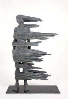 Anna Gillespie, Blown Away II (2008).  (1964- ) Sculpteure britannique formée au Centro d'Arte de Verrocchio (Italie) et au Fine and Media Arts de Cheltenham. Elle emploie parfois des matériaux inusités (glands de chêne, noix, masking tape) pour réaliser des oeuvres sur les thèmes de la disparition et de la transformation qui la hantent depuis les attentats du 11 septembre.