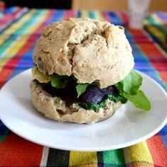 Burger vegan: pain maison + crème d'épinards (épinards cuits + tofu soyeux) + avocat + tranche de betterave cuite + roquette.