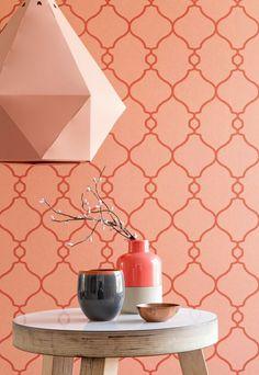 orange pastel à motifs desmurs, lampe design assortie et table ronde en bois blanc cérusé