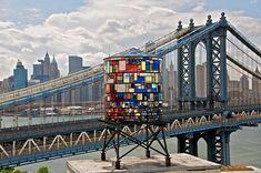 Water Tower by Tom Fruin. L'artiste américain a construit ce château d'eau avec du plexiglas coloré, façon vitrail. L'étrange structure est un hommage aux « water towers » que l'on voit sur les toits de New York.