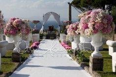 Romantic Wedding in Italy. Matrimonio all'americana a Villa Angelina. Addobbi floreali all'altare delle promesse d'amore | Cira Lombardo Wedding Planner