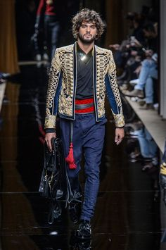 Oliver Rousteing's Balmain is as much about the clothes as it is about the presentation. Beginning with models, Balmain's fall-winter 2016 men's show was opened… Mode Masculine, Fashion Show, Mens Fashion, High Fashion, Fashion Trends, Paris Fashion, Christophe Decarnin, Fall Winter 2016, Balmain Men