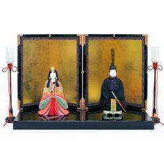 龍村美術織物衣装雛 木目込み 慶春雛  木製の胴体に溝を彫り、そこに裂地の端を埋め込んで衣装を着せた「木目込み」雛人形。胴体が木製のため、お衣装が型崩れせず、飾りやすいので非常に取扱いやすい雛人形です。  お内裏様とお雛様だけの大変シンプルな「立親王飾り」は、現在のライフスタイルに合わせ、飾りやすいコンパクトタイプ。マンションにお住まいの方やお引越しの多い方に、特に人気のある雛人形です。  龍村美術織物の華麗な衣装を身にまとった十二単のお雛様やお内裏様の背筋を伸ばした立ち姿は、気高さと高貴さを感じさせます。お内裏様は、「葡萄唐草文錦(ぶどうからくさもんにしき)」。お雛様は、「ロワール飾花文(しょうかもん)」の衣装を着用。優美で落ち着きのある雛人形は、いつまでも大切に飾っていただけます。  愛らしい丸みを帯びたフォルムのお内裏様とお雛様のお顔は、ふっくらと柔らかな笑みを浮かべた表情をしており、シンプルな装飾により一層、気品を引き立てています。  木目込みの雛人形は、飾り付けや収納がとても簡単。#hinadolls #雛人形 #hinamatsuri