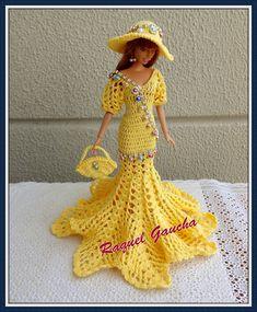 Crochet dress for dolls (New Year) (portuguese/spanish) Barbie Crochet Gown, Crochet Barbie Clothes, Barbie Dress, Crochet Doll Pattern, Crochet Dolls, Doll Clothes Patterns, Clothing Patterns, Lace Decor, Friend Outfits