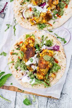 Indische Mais-Koftas. Als umwerfender vegetarischer Wrap mit Salat und Soße. | GourmetGuerilla´s Foxy Food Burger Co, Clean Eating, Healthy Eating, Wrap Sandwiches, Smoothie Bowl, Vegetarian Recipes, Curry, Food And Drink, Veggies
