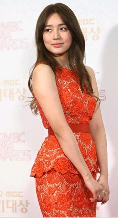 looove yoon eun hye in this gorgeous stella mccartney red lace full length gown... although i would personally would prefer it to be knee length.