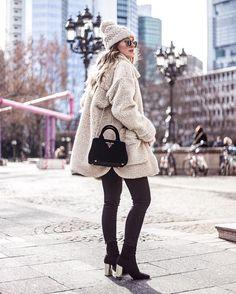 Monki teddy coat, outfit, winter look, Prada bag, chunky knit pom pom beanie Sieh dir dieses Instagram-Foto von @livia_auer an • Gefällt 498 Mal