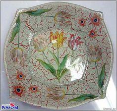 Plato craquelado con papel decoupage.  www.manualidadespinacam.com #manualidades #pinacam #cristal