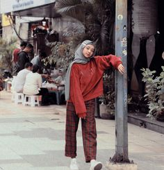 overall jean outfit Casual Hijab Outfit, Ootd Hijab, Casual Outfits, Arab Fashion, Korean Fashion, Womens Fashion, Hoodie Outfit, Sweater Outfits, Muslim Hijab