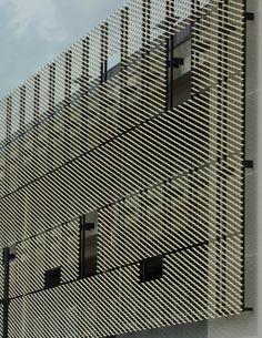 vorgehängte Streckmetallfassade mit übergroßen Maschen | expanded metal curtain-wall facade with oversized meshes