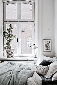 Discover Modern examples of Minimalist Bedroom Decor Ideas design in your home. See the best designs for your interior bedroom. Deco Design, Studio Design, Design Design, Design Trends, Small Space Living, Small Space Bedroom, Home And Deco, My New Room, Cozy House