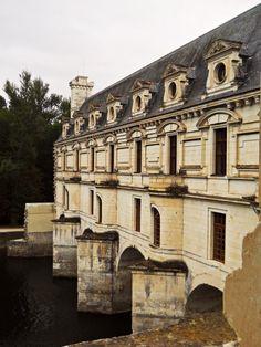 cvilletocharlestown:  birdcagewalk:  devoneyoung:Chateau in France  Chenonceau