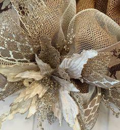 Cet oeil pailleté, attraper la Couronne de Noël est absolument magnifique ! Il ajouterait beaucoup déclat à votre décor de Noël ou des vacances dhiver. Cette création a commencé avec un maillage poly deux tons de crème et blanc et un maillage de toile de jute naturelle faux. Trois différents rubans accentuent la Couronne entière. Les rubans comprennent : un réseau naturel et Ivoire impression, une toile de jute faux flocons de neige Rennes et Ivoire marron paillettes et une magnifique parure…