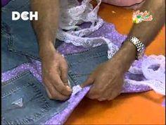 Utilizando un jeans en desuso, cartón, telas y blondas se confecciona este práctico organizador colgante para el cuarto de niños, baño o taller.